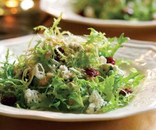 Rizada de ensalada con queso azul, secado cerezas y nuez vinagreta