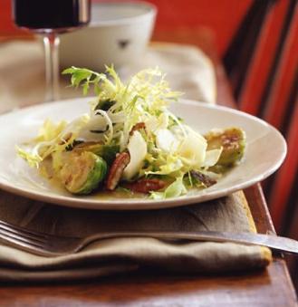 Rizada y ensalada de endivias con coles de Bruselas caliente y nueces tostadas