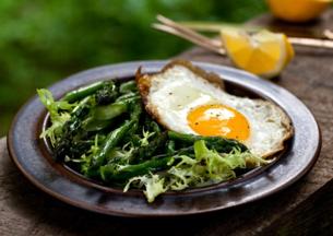 Ensalada de espárragos con rizada plancha y frito huevo
