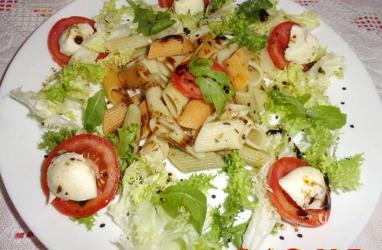 Ensalada de escarola y pasta con mozzarella
