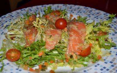 Ensalada de salmon marinado con escarola, salsa de mostaza y piña